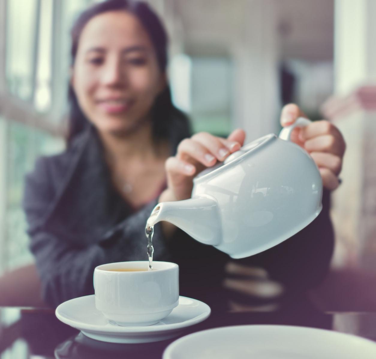 Để tách trà thơm quyến luyến người lữ hành