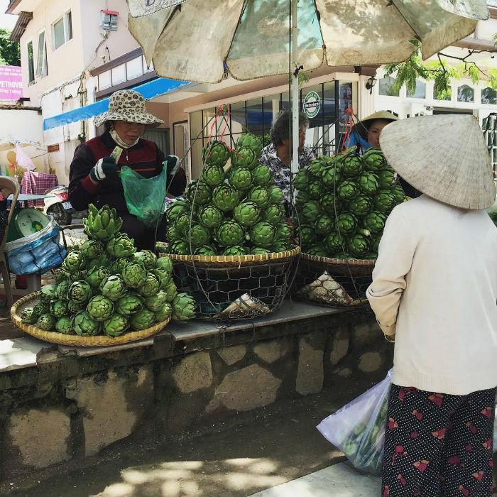 Những cành atiso được bày bán ở chợ Đà Lạt