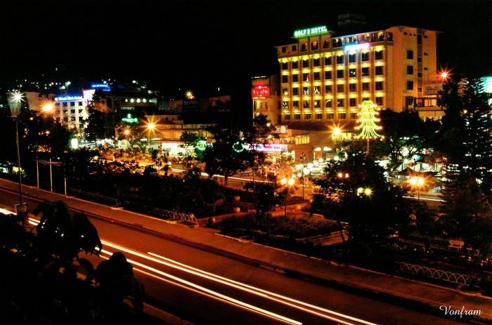 Nhìn về thành phố lung linh trong đêm