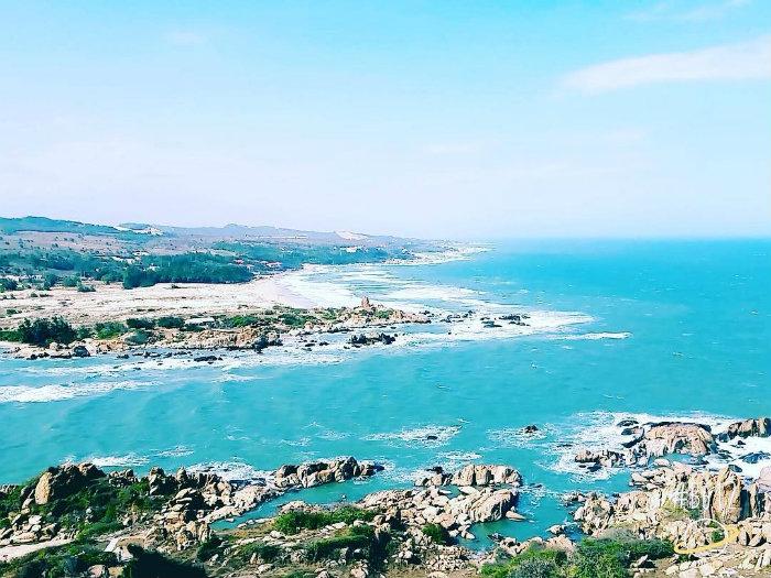 Phượt Kê Gà ngắm biển xanh hoang sơ cùng đá