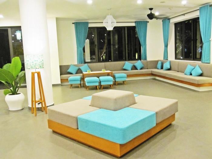 Màu sắc tươi sáng kết hợp với nội thất thiết kế phóng khoáng ngay tại sảnh chờ mang đến những giây phút thư giãn cho du khách.