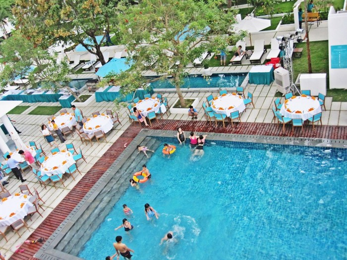 Trong khuôn viên có hồ bơi để bạn thư giãn sau những giờ tham quan, trải nghiệm.Điều hấp dẫn du khách là khách sạn có nguồn thực phẩm sạch, được thu mua trong vòng bán kính 20 km từ những hộ gia đình chăn nuôi trồng trọt trong vùng nên luôn giữ được độ tươi ngon, hấp dẫn.