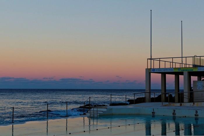 Sóng biển thì thầm bên bờ bể bơi