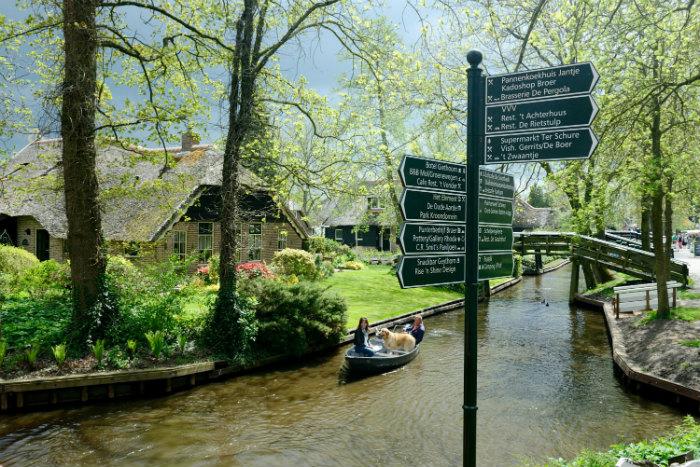 Ngôi làng Giethoorn độc đáo vì không có đường đi, chỉ có những con kênh