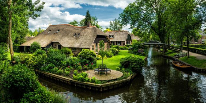 Những ngôi nhà xinh đẹp được bao quanh bởi khu vườn nhỏ và dòng kênh xanh