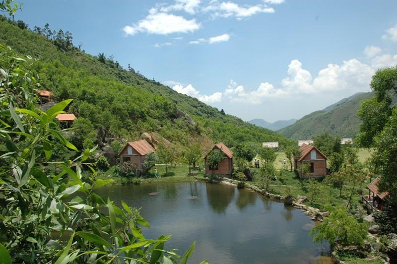 Suối Hoa thu hút du khách bởi vẻ đẹp thơ mộng