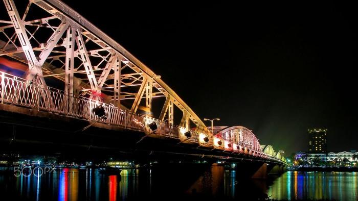 Cầu Trường Tiền lung linh đèn về đêm