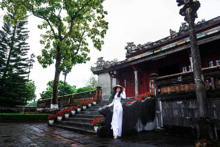 Người con gái Huế duyên dáng bên tà áo dài truyền thống