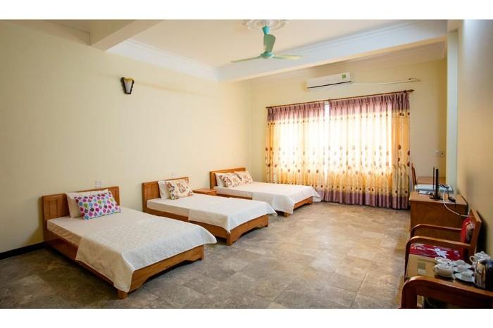 Phòng ngủ đơn giản, rộng rãi ở khách sạn Minh Thành