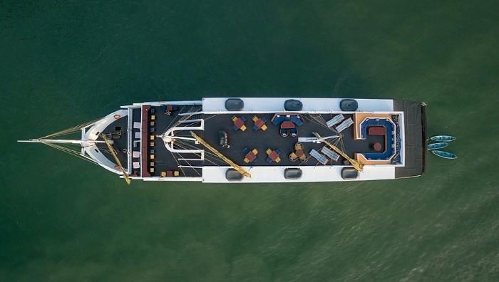 Du thuyền Paradise Luxury lênh đênh trên vùng vịnh Ha Long