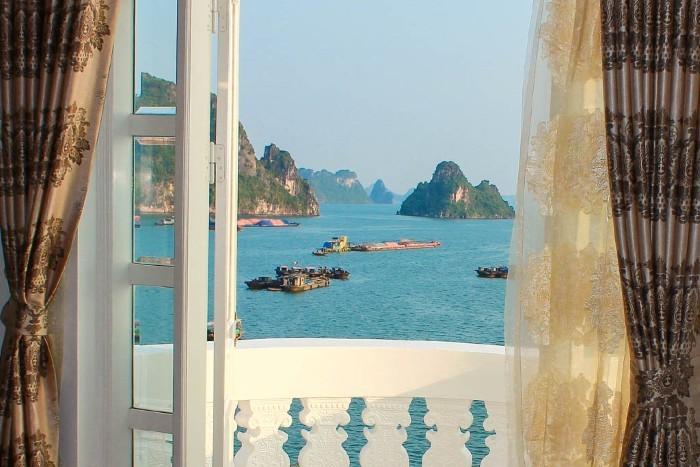 Cửa sổ góc rộng của phòng Deluxe khách sạn Royal nhìn ra vịnh Hạ Long đẹp nên thơ