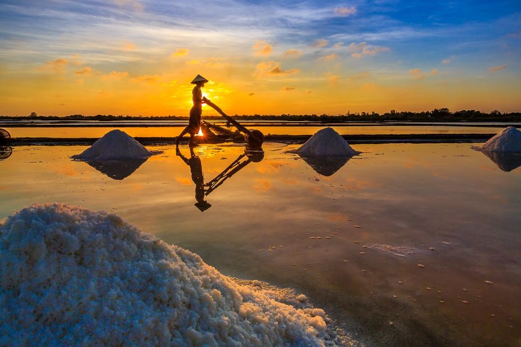 Ngắm hoàng hôn đẹp nhất thế giới trên đồng muối Việt Nam