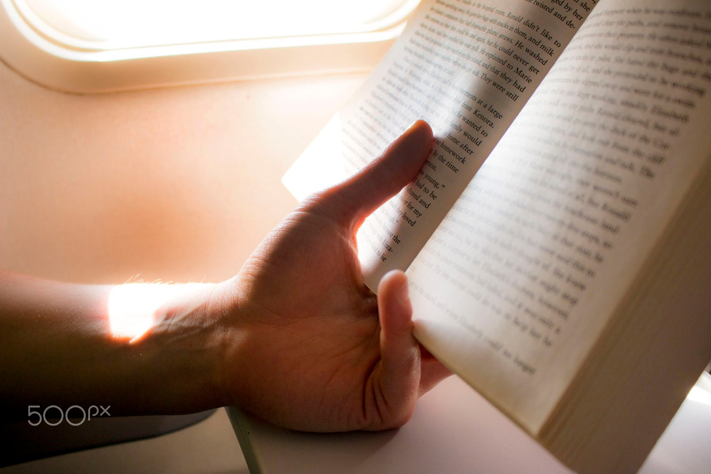 Hẳn một anh chàng đọc sách bên ô cửa sẽ khiến nhiều nàng chết mê