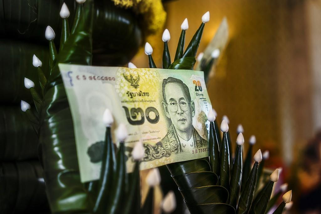 Vì tiền có in hình quốc vương nên không được bất kính