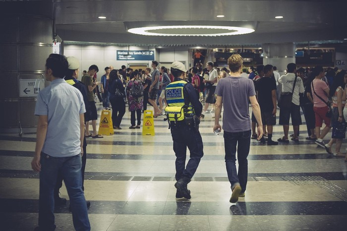Nếu không muốn cảnh sát hỏi thăm thì đừng nhai kẹo cao su ở nơi công cộng nhé