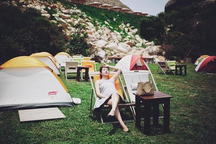 Những chiếc lều xanh đỏ nhấp nhô
