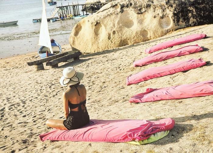 Đôi khi là ngồi trên cát nghe sóng vỗ rì rào