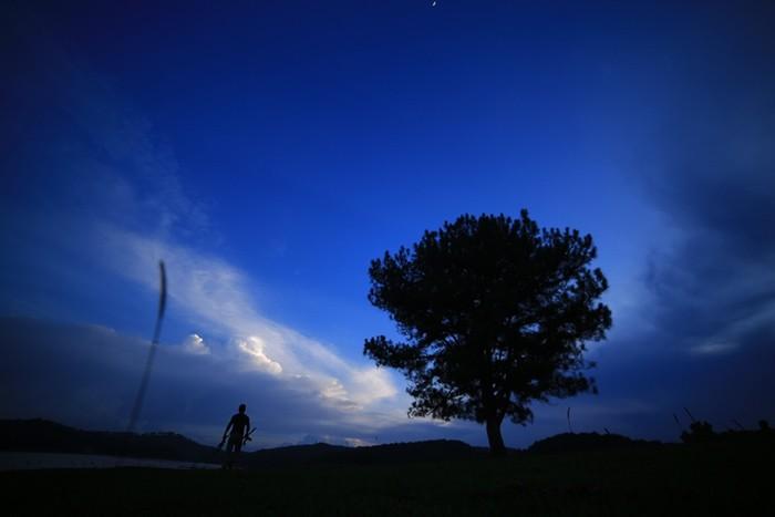 Đêm về khuya, những cơn mưa rào hòa lẫn tiếng rít của thông. Thỉnh thoảng, tiếng của thú rừng kéo hồi dài.