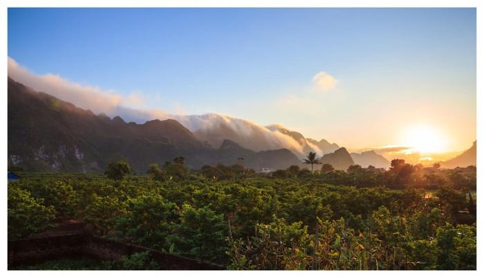 Ẩn trong làn sương mây lảng bảng quanh núi rừng