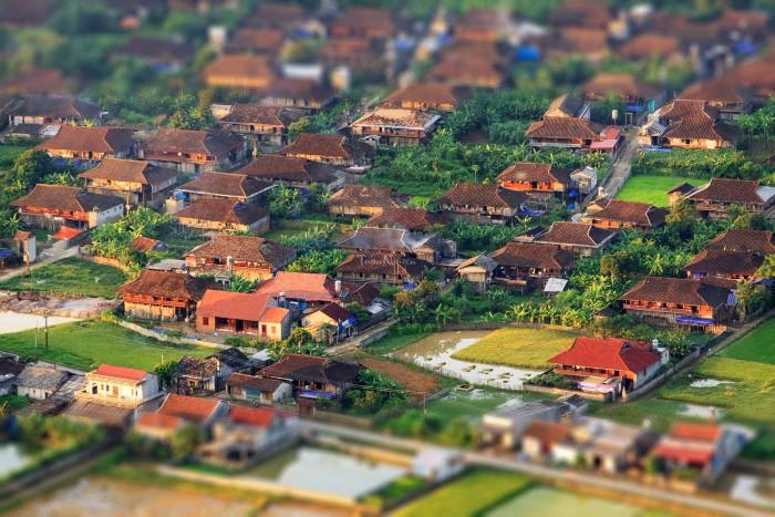 Là bản làng với những ngôi nhà trình tường nép mình bình yên
