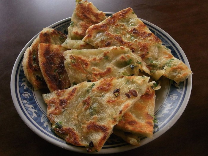 Cong you bing là một loại bánh mặn mỏng, tròn làm từ bột mì, hành lá xắt nhỏ và chút thịt băm để tăng hương vị.
