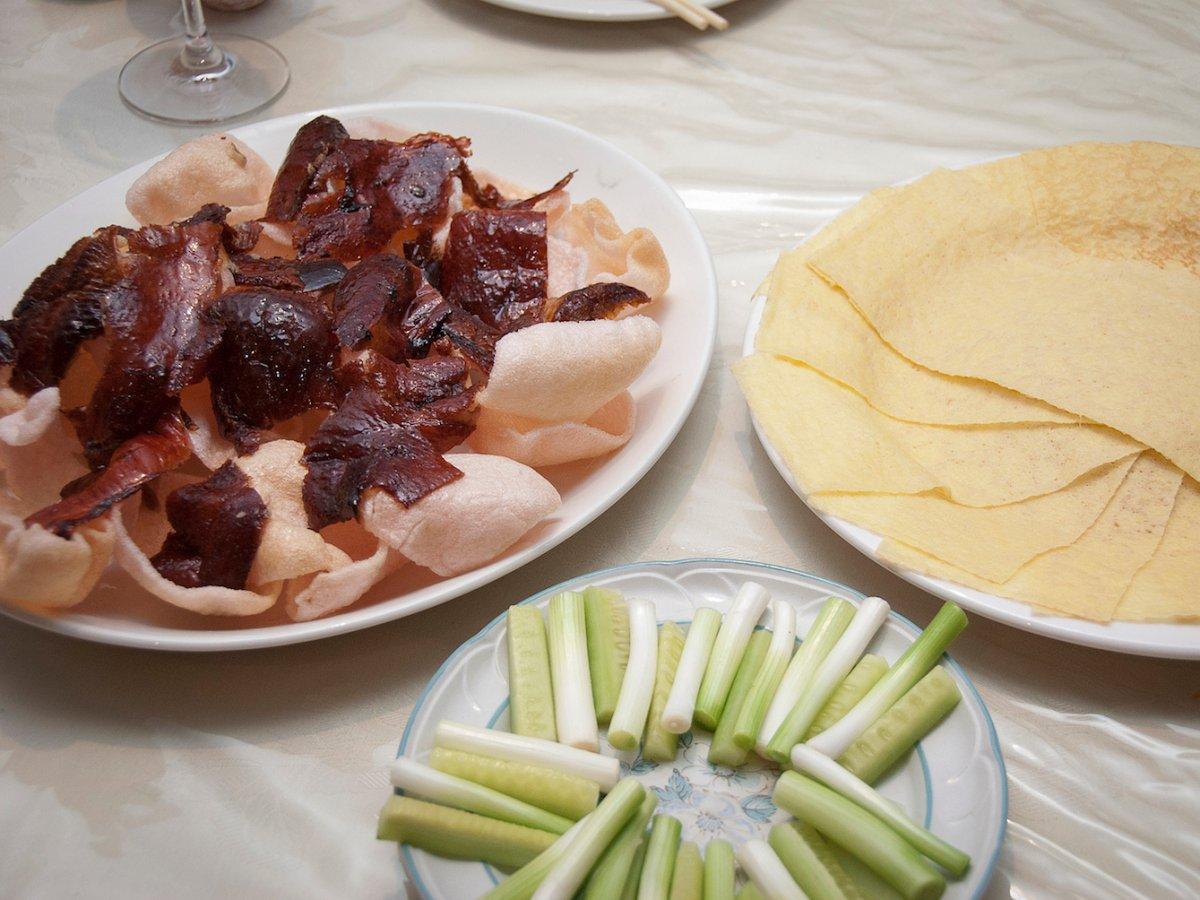 Sự kết hợp giữa thịt mềm, lớp vỏ giòn của vịt quay Bắc Kinh khiến thực khách nào cũng mê mẩn. Nếu bạn muốn thưởng thức đúng cách, hãy ăn thịt vịt gói trong bánh pancake, hành, dưa chuột và chấm tương đen.