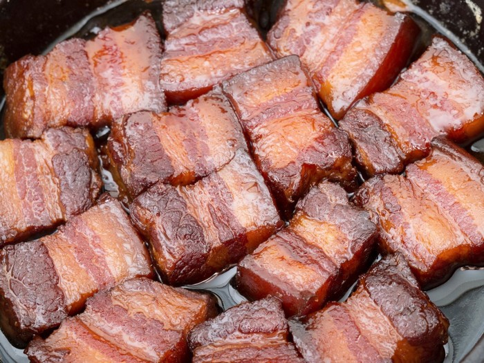 Món thịt này có tên Su Dongpo hay Đông Pha (tên một nhà thơ, họa sĩ nổi tiếng ở Hàng Châu, Trung Quốc). Thịt Đông Pha làm từ phần thịt nhiều mỡ, được chiên sơ rồi đem kho. Thịt được thái dày để lộ từng thớ mỡ, nạc xen nhau.