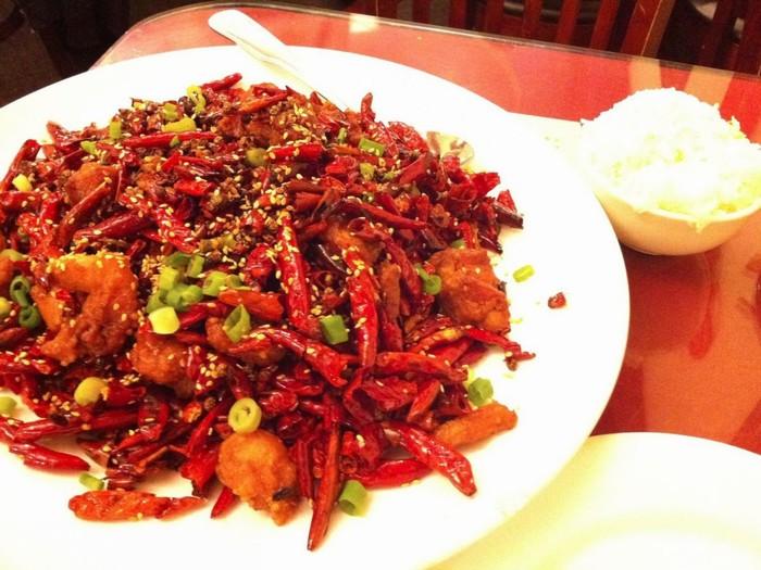 Nếu thực khách đang tìm một món cay, hãy thử ngay la zi ji, đặc sản của vùng Tứ Xuyên, Trung Quốc. Những miếng thịt ức gà được xé nhỏ trộn cùng tiêu, ớt và vừng.