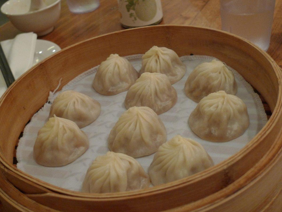 Xiao long bao là món bánh bao phiên bản Thượng Hải. Nhân bánh là thịt heo, cua và chút nước hầm. Những chiếc bánh nhỏ sẽ làm thực khách mê ngay từ miếng đầu tiên.