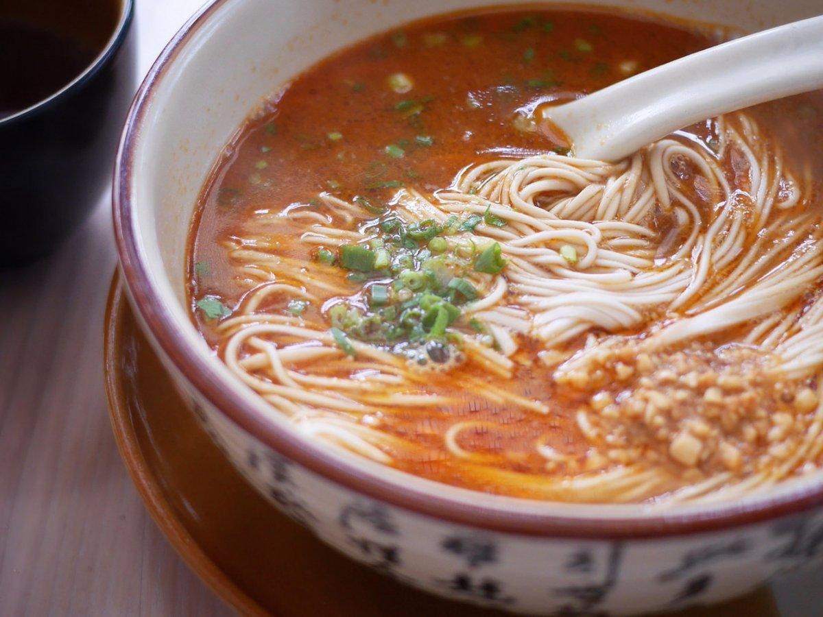 Một món ngon quen thuộc trên các con phố ở Tứ Xuyên là mì dan dan mein. Tô mì nóng, nổi bật màu dầu ớt, chút thịt bằm và rau xanh bên trên.