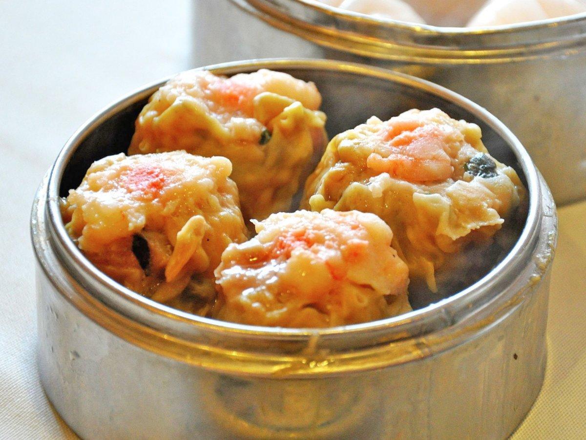 Shumai - một loại bánh bao được trình bày giống dimsum - rất dễ nhận ra nhờ có lớp vỏ sần sùi. Món ăn này có xuất xứ từ tỉnh Quảng Đông. Nguyên liệu làm nhân có thể là cua, tôm, thịt heo hay cả rau củ.