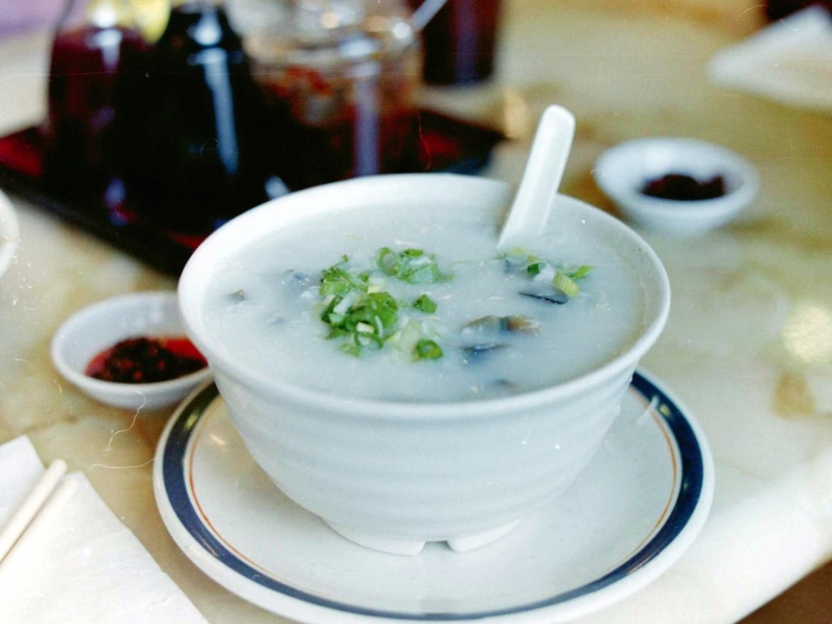 Khá giống với cháo, congee được chuẩn bị bằng cách nấu gạo với nước tạo thành loại súp đặc. Congee có thể ăn kèm với các loại thịt gà, heo hay bánh donut chiên.
