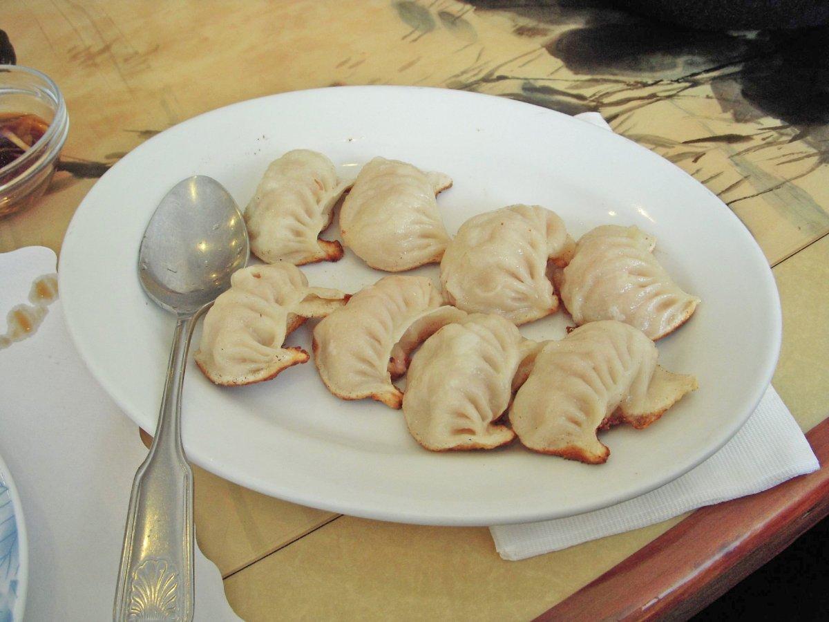 Guo tie là sự kết hợp của sủi cảo và bánh bao chiên. Nhân làm từ tôm, thịt heo, bò rồi kẹp cùng rau cải bắp, gừng và hành.