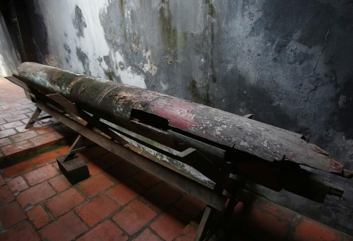 Cột đình cổ được lưu giữ bên trong khuôn viên đình.