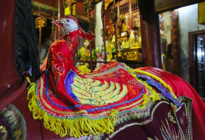 Công được thêu những họa tiết cầu kỳ đặt trang trọng trên lưng ngựa phía hai bên lối vào hậu cung.