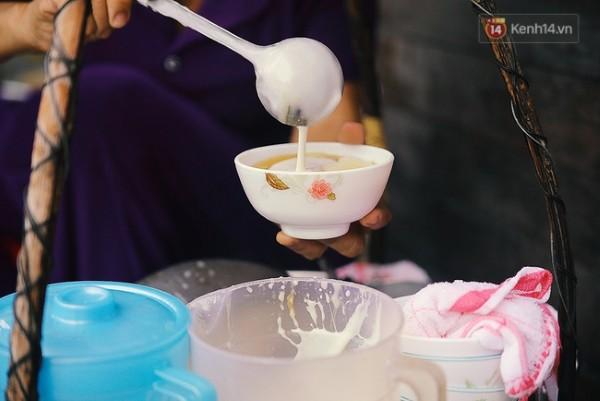 Chén tàu hũ thơm ngon, sóng sánh nước cốt dừa bên trên, là món ăn khoái khẩu của rất nhiều người Sài Gòn.