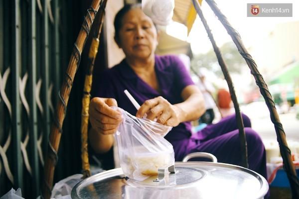 Những gánh tàu hũ truyền thống như thế này ở Sài Gòn chỉ còn đếm trên đầu ngón tay, đó cũng là lý do người ta muốn tìm đến những gánh hàng còn sót lại để thưởng thức chén tàu hũ tuổi thơ này.