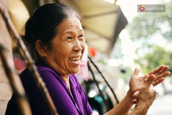 Nhờ sự gần gũi, cách trò chuyện thân tình của cô Dung mà các khách quen ngày nào cũng ghé đến.