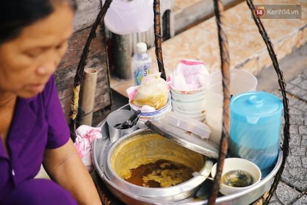 Nước đường được cô Dung chế biến theo bí quyết riêng nên ngọt thanh, sánh đặc, có sự khác biệt so với những gánh tàu hũ còn sót lại ở Sài thành bây giờ.