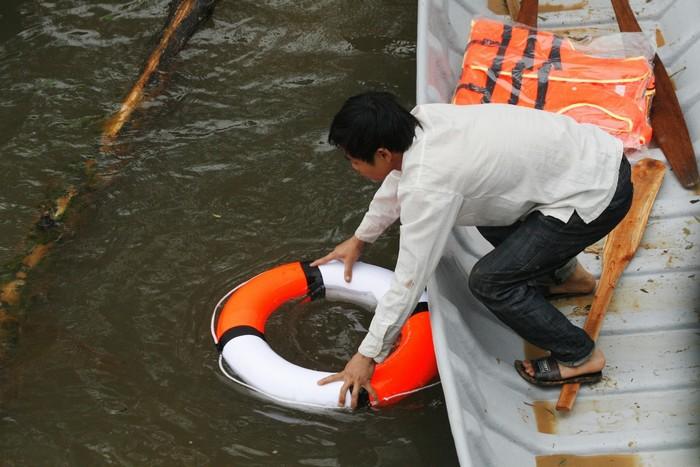Lốp xe hoặc phao cứu sinh thường được treo hai bên mạn thuyền