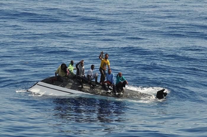 Bơi xéo lên trên để tránh bị kẹt phía bên trong thuyền