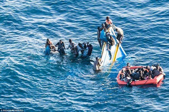Hãy bơi xa khỏi khu vực thuyền đang chìm để tạo không gian thông thoáng cho những người khác