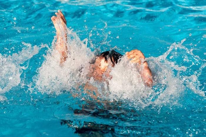 Tránh để người đuối nước đu, bám làm bản thân bị đuối nước theo
