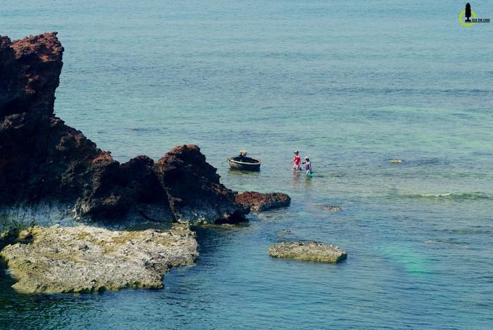Vào những ngày đầu tháng theo dòng thủy triều rút xuống, một con đường xuyên biển sẽ lộ ra nối liền bờ với Hòn Sụn, thẳng tới Hòn Yến.