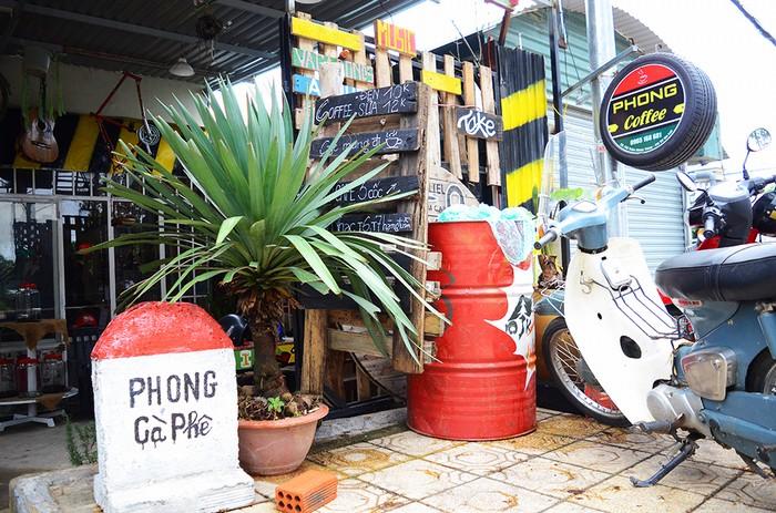 Quán cà phê Phong nằm lửng lơ trên con dốc đường Trần Nhân Tông, rất dễ tìm thấy. Đầu tiên, bạn sẽ bắt gặp cột mốc phía ngoài với mặt bên trong để 0 km ngụ ý đây là nơi bắt đầu của thành phố dù quán mới chỉ ra đời vài năm.