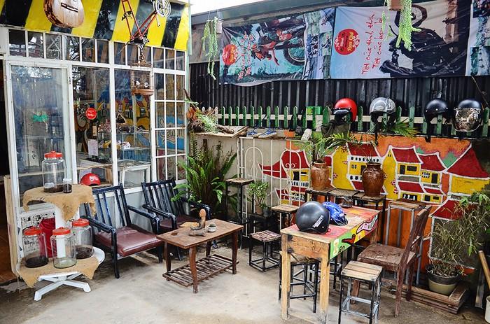 Những chiếc bàn ghế nhỏ xinh với đủ màu sắc bắt mắt được chính tay chủ quán trang trí. Vốn là người gốc Hà Nội, anh Thương Như đã từ bỏ cuộc sống ở thủ đô và chọn mảnh đất này là nơi dung dưỡng tuổi trẻ của mình.