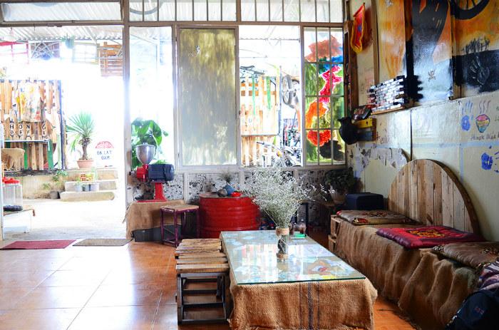 Chỗ ngồi bên trong đa phần là những chiếc bàn gỗ, nhưng có ghế được thiết kế dài phù hợp cho nhóm bạn. Trên mỗi bàn đều có một lọ hoa là điểm nhấn khiến không gian sinh động hơn, mang lại cảm giác thoải mái cho thực khách.