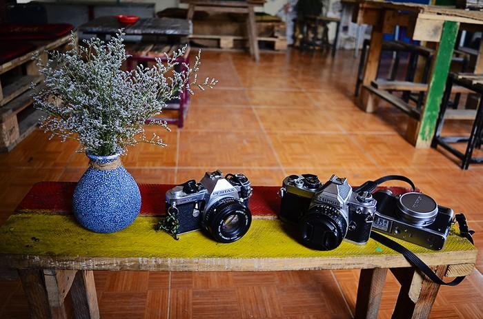 Ngoài đam mê xê dịch, chủ quán còn là một người có niềm đam mê với những tấm ảnh chụp từ film. Do đó, nơi đây còn là một sân chơi dành cho các bạn trẻ đam mê nhiếp ảnh, đặc biệt là với máy ảnh film, được giao lưu, học hỏi và chia sẻ những bức hình đẹp.