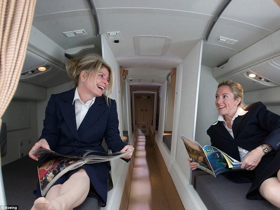Những hành trình đường dài luôn khiến các phi công và tiếp viên mệt mỏi. Vì thế, để tạo không gian nghỉ ngơi cho họ, máy bay Boeing 777 và 787 thiết kế riêng một khoang buồng ngủ bí mật dành cho thành viên phi hành đoàn