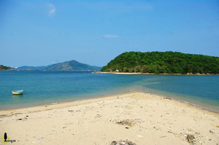 Điều độc đáo của Nhất Tự Sơn chính là con đường vượt biển ra đảo, nằm chìm dưới làn nước và chỉ hé lộ ra theo dòng thủy triều rút xuống, đã tạo nên một cảnh quan ngoạn mục đầy kích thích đối với du khách.